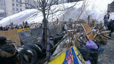 Митингующие восстанавливают баррикады, фото Andriy Kovalov