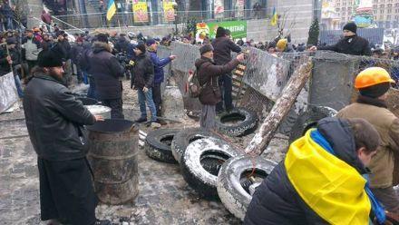 Баррикады на Майдане готовят к новым штурмам, фото Andriy Kovalov