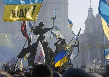 На Майдане человека облили зеленкой.