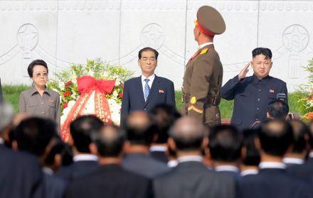 Ким Ген Хи (слева) в критическом состоянии