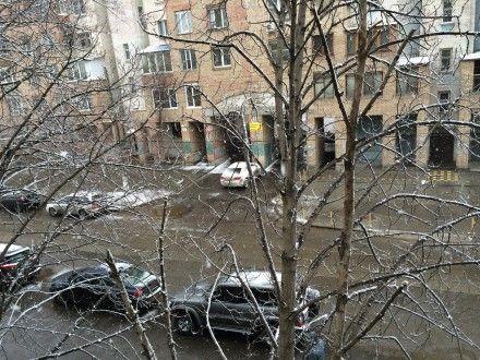 Мокрый снег засыпает улицы