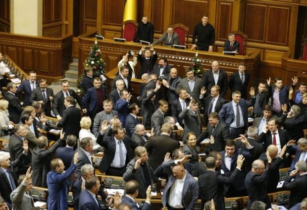 Герои Украины и другие депутаты голосуют поднятием рук за диктаторские законы