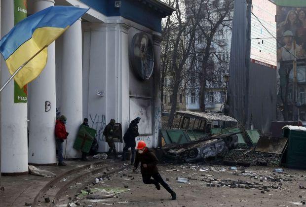 Упавший с крыши активист не погиб / REUTERS