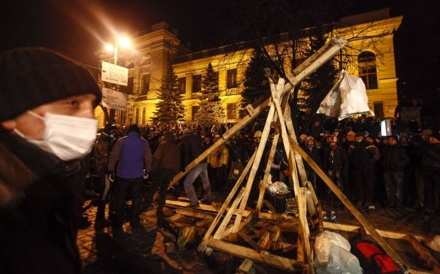 Protesters build new catapult / REUTERS