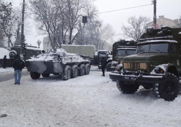 Військова техніка біля Кабміну