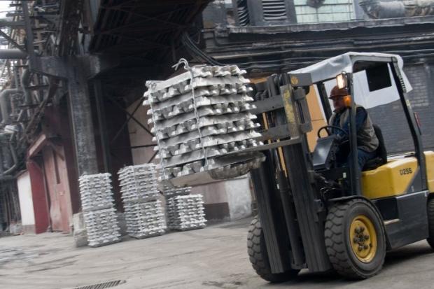Погрузка алюминия на территории алюминиевого комбината в Украине