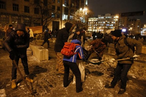 На Грушевского расчищают снег и строят баррикады