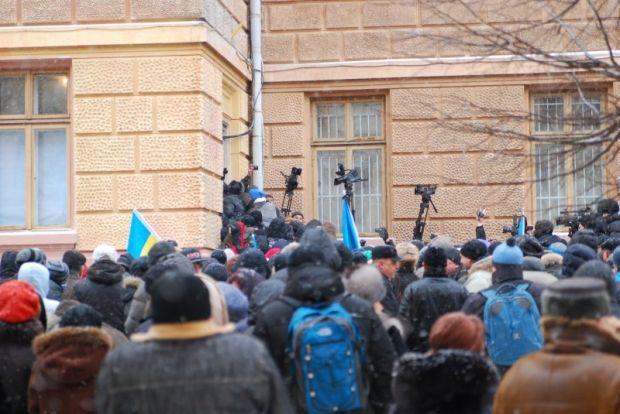 В Черновцах часть активистов проникли в ОГА через черный ход / Молодий буковинець