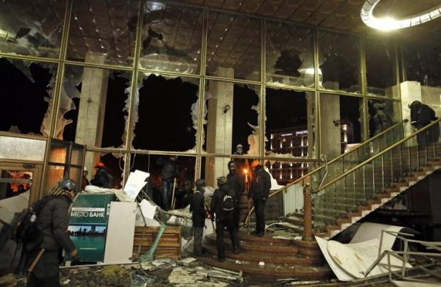 Активисты делают уборку в захваченном Украинском доме