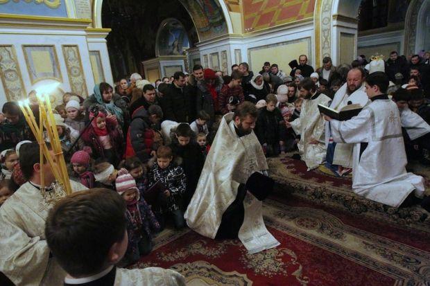 В Киево-Печерской лавре дети воскресных школ на коленях молились о мире в Украине