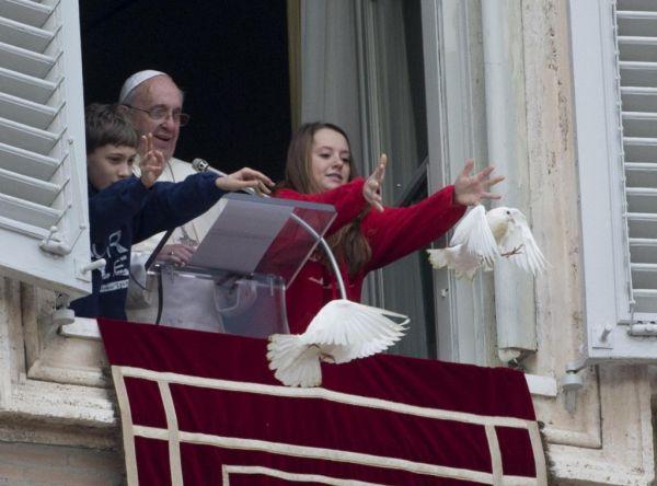 Папа Римский и дети выпускают голубей