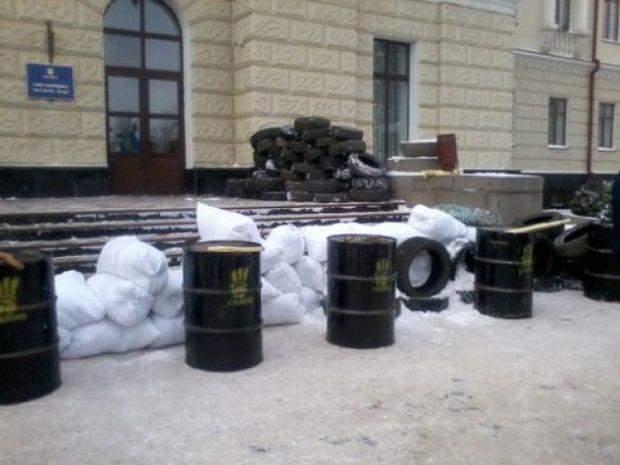 Митингующие возвели баррикады возле Хмельницкой ОГА