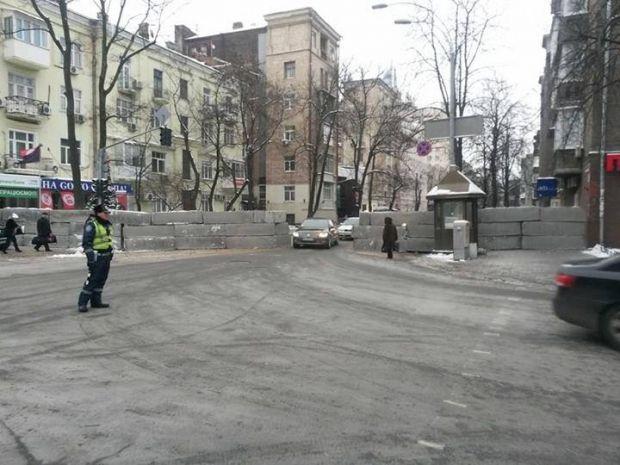 Правоохранители построили блок-пост на углу Институтской / facebook.com/tetiana.montian