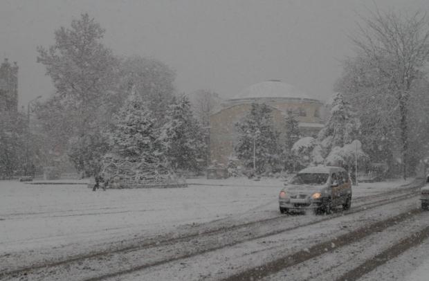 Багато доріг в Україні занесло снігом