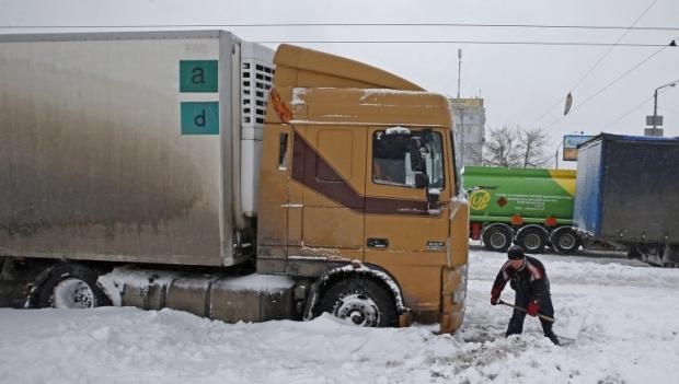 Вантажівку відкопують зі снігу
