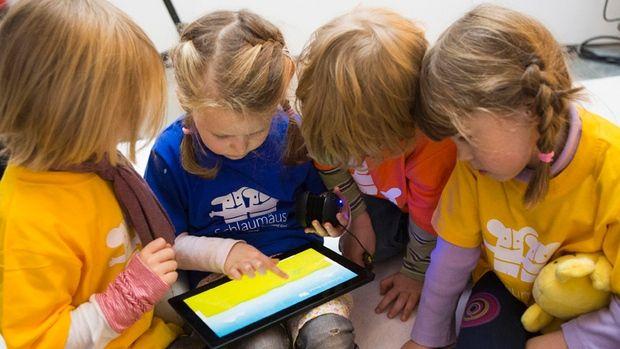 Российским детям в школах ограничат доступ к соцсетям и онлайн-играм / REUTERS