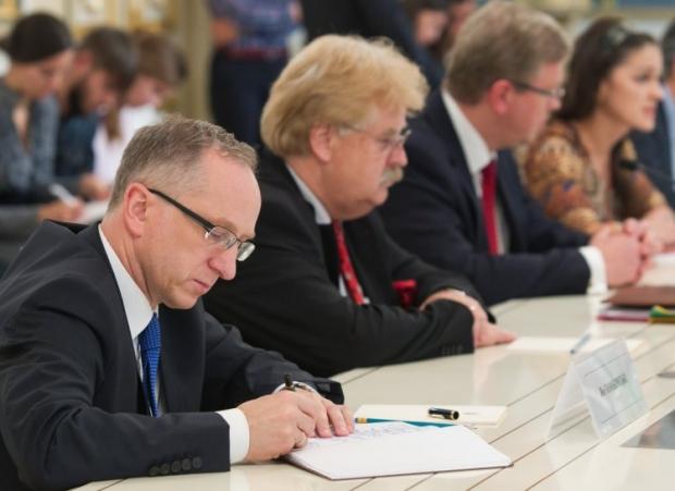 Эльмар Брок (второй справа) считает, что Янукович
