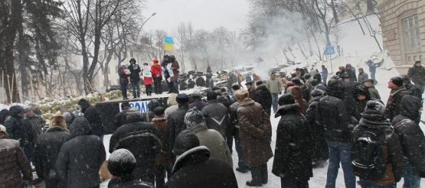 Возле Львовской ОГА коммунальщики разобрали баррикады