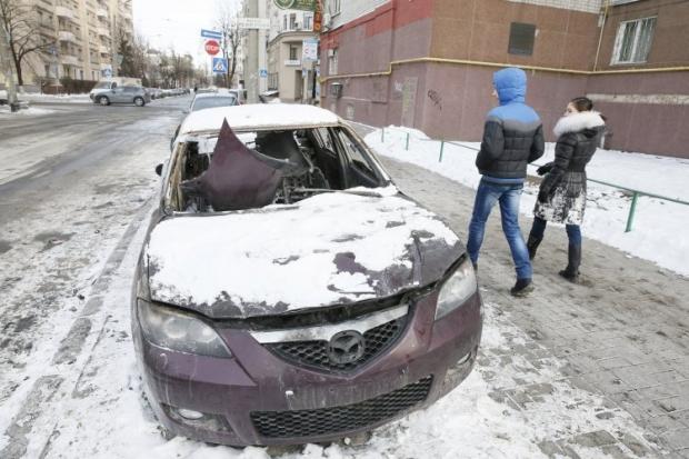 Сгоревший автомобиль на одной из улиц в Киеве, в субботу, 1 февраля 2014 Семь автомобилей активистов Автомайдану сгорело ночью в Киеве.
