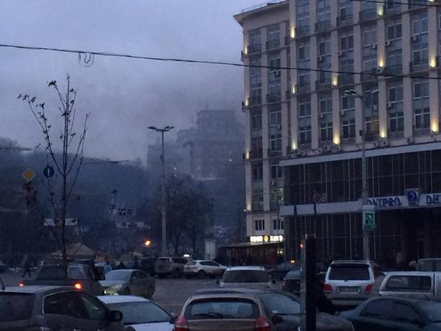 Над улицей Грушевского валит черный дым