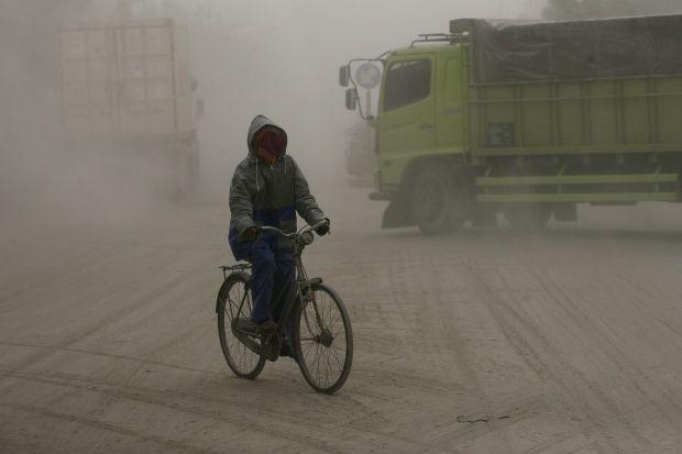 Вулкан на острове Ява засыпал улицы пеплом / REUTERS