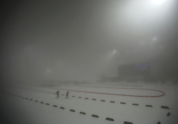 Туман на биатлонном стадионе Лаура не позволил провести соревнования вовремя / Reuters