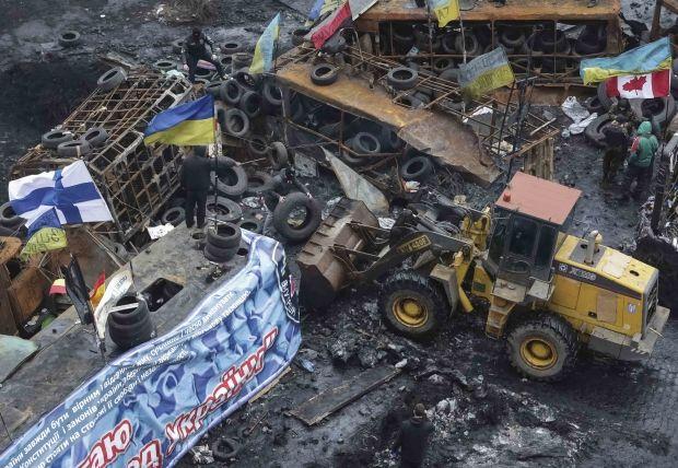 С улицы Грушевского коммунальщики вывезли более 100 машин мусора / REUTERS