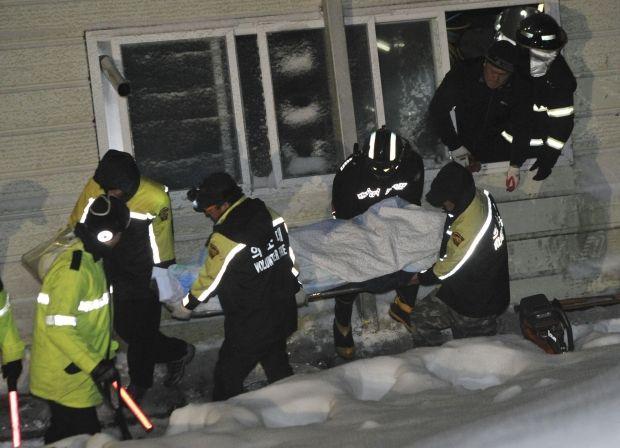 Эвакуация потерпевших из обрушившегося здания / Reuters