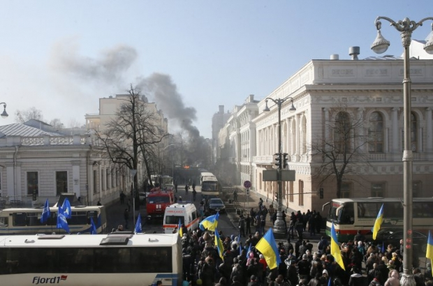 Митингующие вытеснили снайперов с крыши дома на углу Шелковичной и Институтской