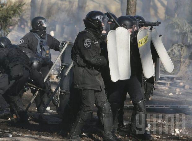 Бійці ВВ оточили Український дім