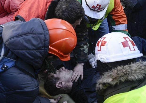 """В """"Свободе"""" заявляют, что на Майдане снайперы стреляют в медиков / REUTERS"""