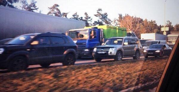 На въезде в Киев уже днем образовались километровые пробки / фото twitter.com/euromaidan