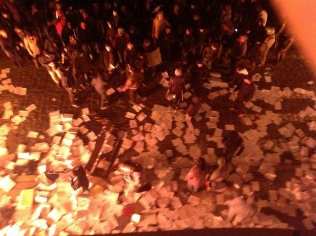 З вікон захопленої прокуратури викидають та палять документи / facebook.com/vakhtang.kipiani