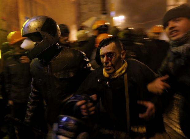 На вулицях Києва масово застосовують зброю проти людей / REUTERS