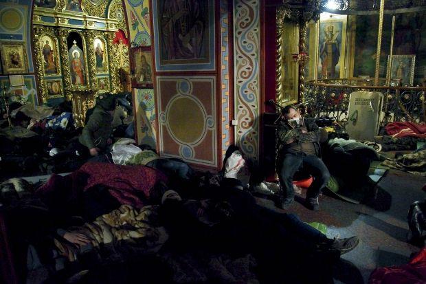Кияни масово зносять продукти харчування і теплий одяг до Михайлівського монастиря / REUTERS