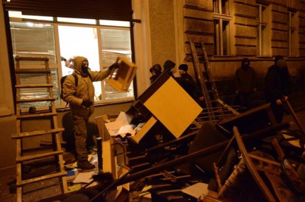 У Львові захоплено міське управління міліції, евакуюють суди