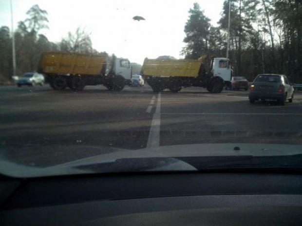 Два грузовика перекрыли часть дороги со стороны Житомира на подъезде к Киеву