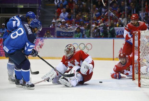 Теему Селянне забивает гол в ворота сборной России / Reuters