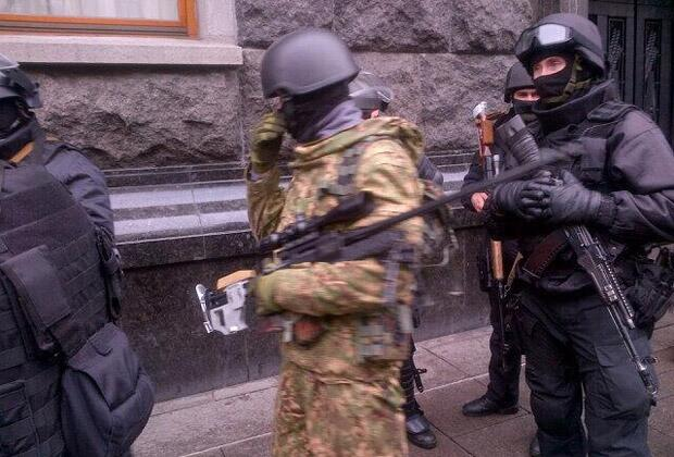Boxes with weapons for law-enforcement officers are unloaded in Pechersk district/@focusua
