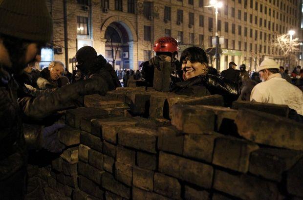 Люди будують нову барикаду на Грушевського вчора вночі / REUTERS
