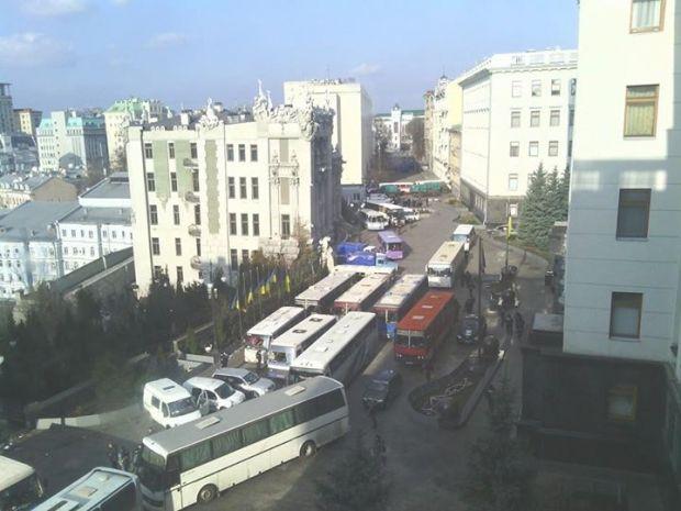 Силовики с вещами садяться в автобусы и покидают правительственный квартал / Фото: Antonina Turpak