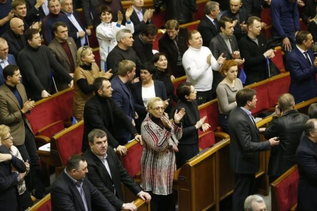 Депутаты аплодируют после принятия закона о Конституции
