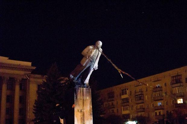 Житомиряне уже разобрали на сувениры большую часть поверженного памятника Ленину
