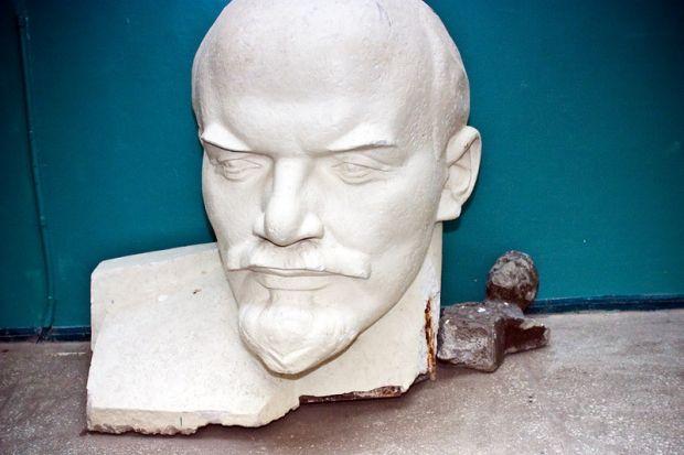 Памятники Ленину продолжают сносить по всей Украине / pagerok.livejournal.com