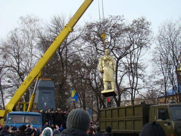 Статую Ленина на площади Ленина сняли с постамента и увезли / okhtyrka.net