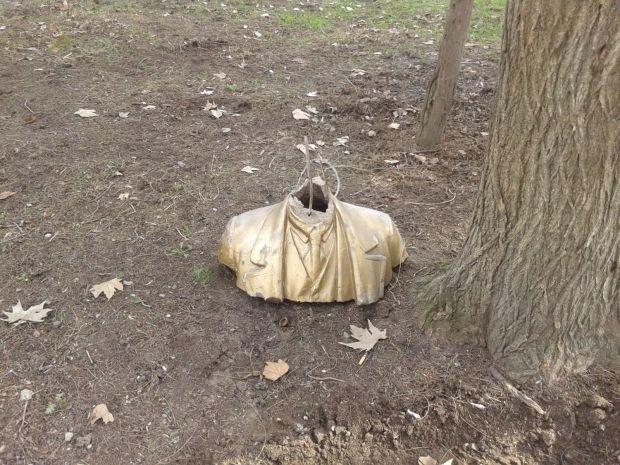 Куски статуи разбросаны вокруг постамента / 15 минут