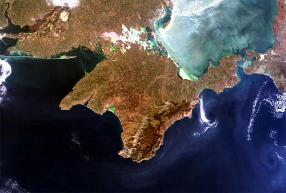 Автономная республика Крым обладает государственной самостоятельностью и входит в состав.