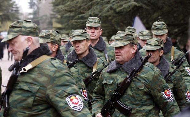 Крымская самооборона штурмовала базу в Симферополе / REUTERS