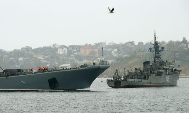 На фото - военные корабли РФ заблокировали вход в порт Севастополя / REUTERS