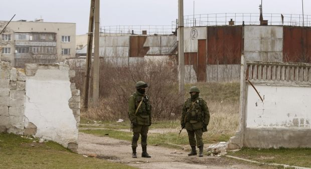 Military men of RF threaten to take radio transmitting by storm in Crimea/REUTERS